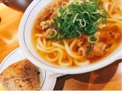 久しぶりにウエスト 飯塚店でちょい贅沢に肉うどんかしわおにぎりのセット食べましたけど美味いですね寒い時は特に王道と言えばごぼ天うどんかしわおにぎりですけど  やっぱり肉うどんが味濃いめになっていいですね()/ tags[福岡県]