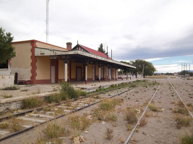 Vissero dieci anni a Zapala, dove terminavano i binari della Ferrovia Sud. Oltre c'era il deserto, la polvere delle ossa che il massacro degli indios aveva lasciato nel vento.