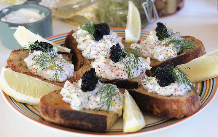 Vegansk skagenröra är perfekt på påskbordet, både på en toast Skagen eller att fylla en avocadohalva med. Här är vegobloggaren Gustav Johanssons recept.