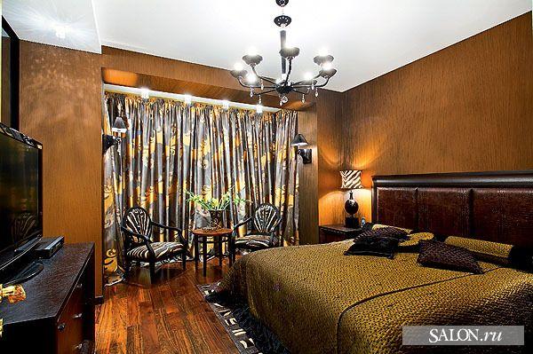 В декоре спальни доминируют африканские мотивы. Стулья — с обивкой под зебру, изголовье кровати отделано кожей под крокодила. Кровать, кресла, Smania.