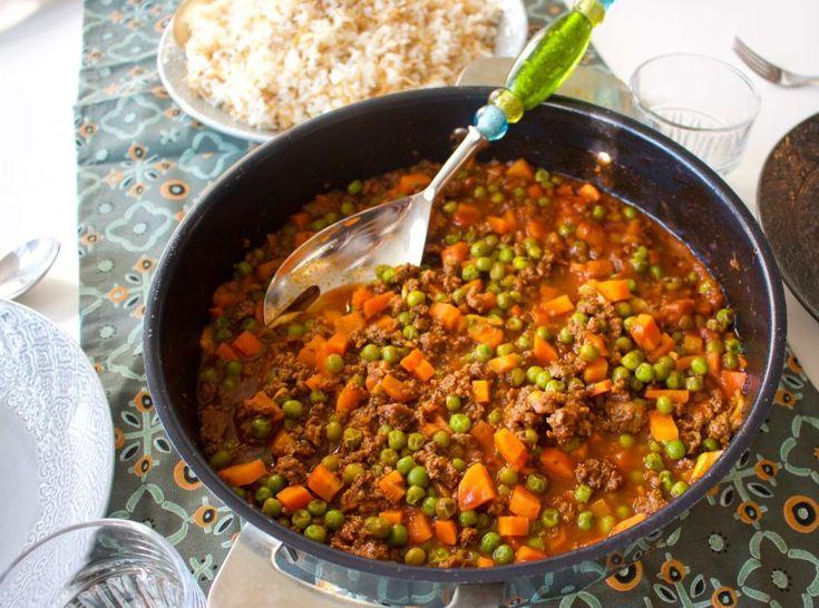 6 portioner 500 g färs (kött- eller veggofärs ) 200 g djupfrysta ärtor 2 morötter 4 vitlöksklyftor 1 liten bunte koriander (ca 0,5 dl finhackad) 2-3 potatisar (går att uteslutas) 3-4 msk tomatpuré Ca 5-6 dl vatten 0,5 tsk sju kryddor- recept finnsHÄR! Olja till stekning Salt & peppar  Gör såhär: Banka vitlöken i en mortel tills de blir strimlor eller finhacka dem. Finhacka koriander. Hetta upp olja i en kastrull och stek vitlök och koriander på medelvärme under konstant omrörning i ca 1…