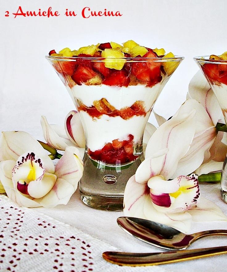 Coppe allo Yogurt con Fragole e Ananas