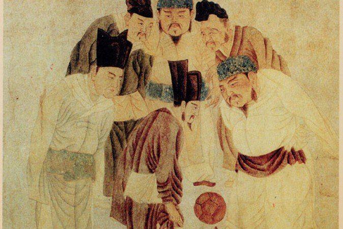 Цуцзюй ― древнекитайский футбол   Согласно Международной федерации футбола (ФИФА), самая ранняя разновидность футбола появилась в Китае.   В Китае 2 400 лет назад существовала игра цуцзюй, напоминающая современный футбол ― мяч ногами нужно было забить в ворота. Как и современный футбол, цуцзюй пользовался большой популярностью.   Первое упоминание об этом виде спорта появляется в тексте «Чжань го цэ» эпохи «Сражающихся царств». По всей видимости, цуцзюй зародился в восточно-китайском царстве…