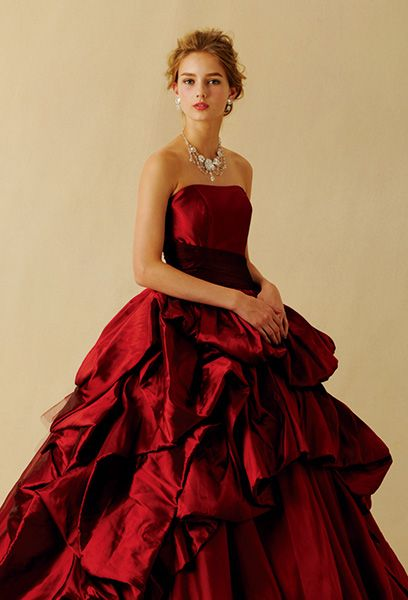 光沢のある上質なイタリア製タフタを贅沢に用い、鮮やかさと深みのある赤をドラマチックに表現したドレス。どこから見ても息をのむほど美しいボリュームたっぷりの