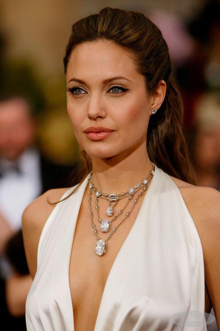 #oscarjewelry - Favorite 1: Não é porque este colar é da brasileira H. Stern, juro que não. Quem acompanha o blog sabe que eu tenho  uma queda por joias históricas e joias da realeza. Este colar é ou não é digno de uma rainha? 85 quilates e 10 milhões de dólares de bling de primeira
