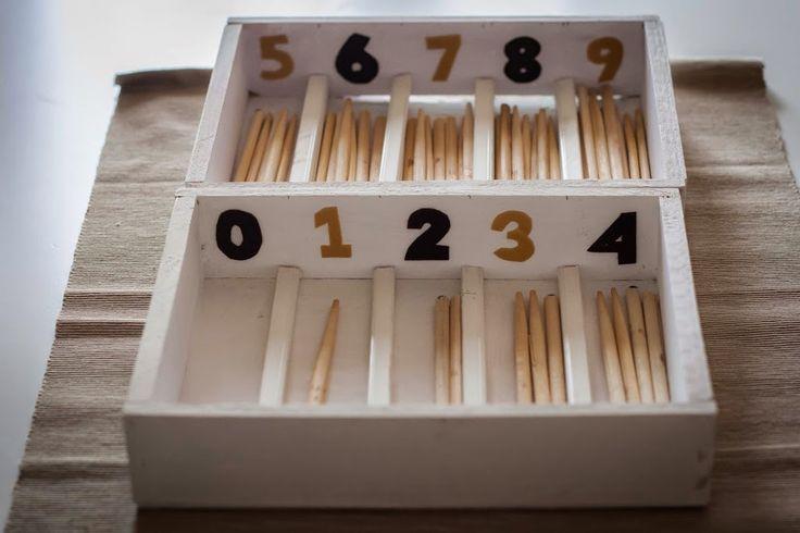 Una de nuestras primeras entradas en el blog fue la de la caja de husos, por aquella época yo no sabía tanto de Montessori como sé ahora, pero no me acababa de convencer el acabado de la caja, por dos motivos principalmente: El primero, que los palitos que utilizábamos eran planos y no permitían bien …