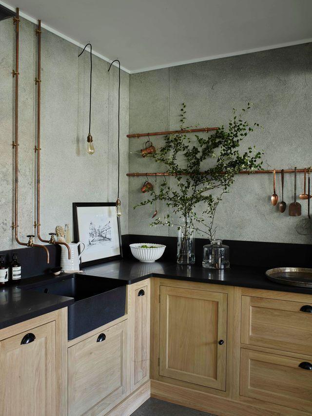 Un plan de travail aspect cuir dans la cuisine campagne.