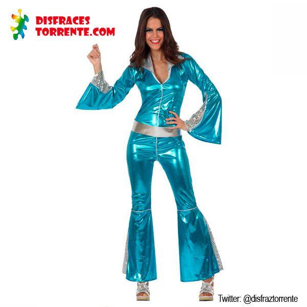 Disfraz Fiebre Disco Chica. Impactante traje azul metalizado con mangas anchas y pantalones acampanados con inserciones de lentejuelas. Escote en V muy sexy para las fiestas temáticas de discoteca.