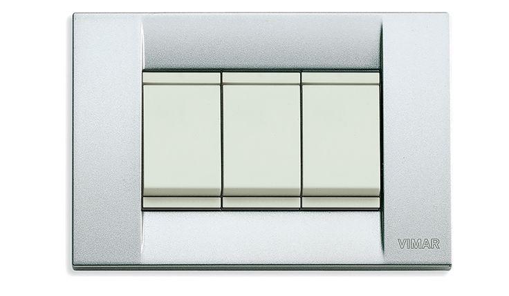 Hotel Gallia torna a splendere con l'impianto elettrico della serie Idea di Vimar. Interruttori bianchi e placca in metallo classica colore nichel spazzolato.