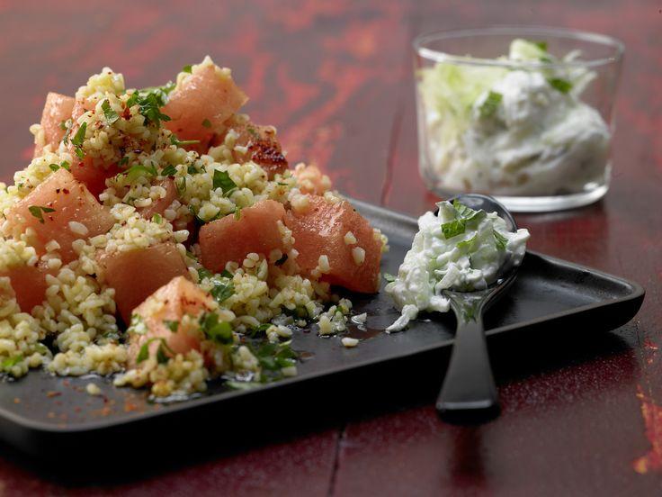 Dieser Salat passt wunderbar zum Sommer. Bulgur-Melonen-Salat - mit Minz-Tsatsiki - smarter - Kalorien: 247 Kcal - Zeit: 45 Min. | eatsmarter.de