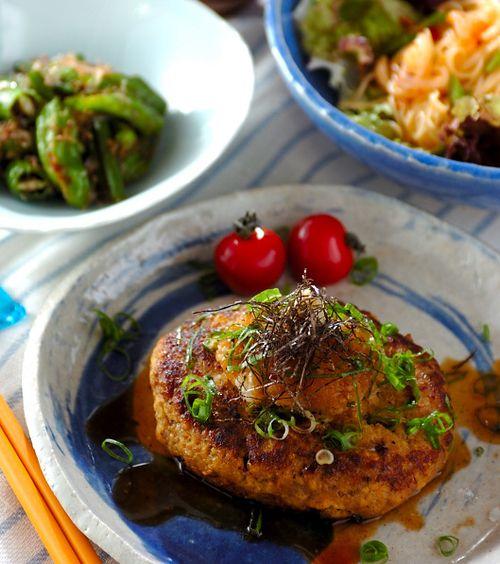 木綿豆腐をタネに入れてヘルシーに仕上げました。和風ダレは砂糖とみりんで甘めの味付けに。「和風豆腐ハンバーグ」の献立/2012.08.29公開の献立です。