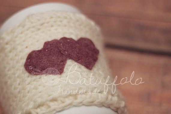 Copri tazza - mug fatto a maglia di lana bianca e cuori rossi di feltro