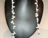 28) Collana di cianite (ø 7,5 mm) e perle Keshi d'acqua dolce (10x6 mm) con chiusura t-bar in argento 925. Lunghezza 80 cm.