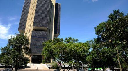 Brasil volta a crescer, em mar de incertezas políticas