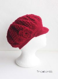 Gorra boina de lana  Una boina con visera a crochet con flor de color burdeos.