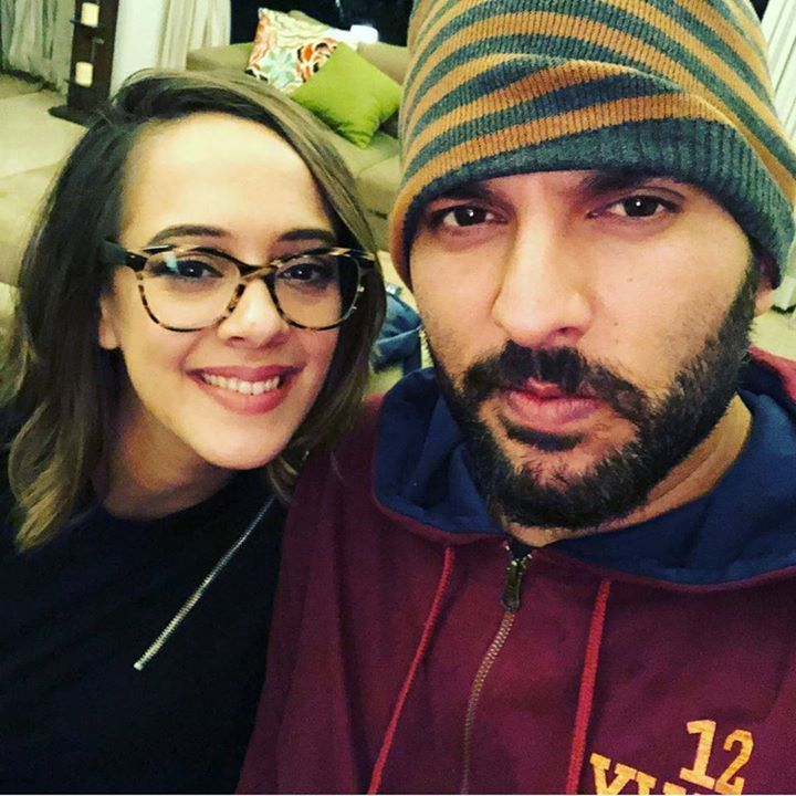 Yuvraj Singh clicks a selfie with wife Hazel Keech - http://ift.tt/1ZZ3e4d