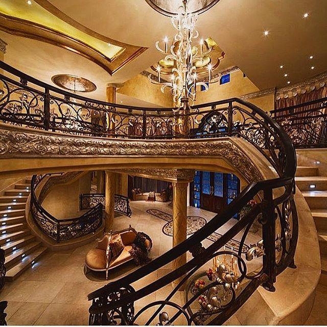 Красивая лестница > @metalldizain  Подписывайтесь на наш второй паблик с самыми роскошными дизайнами со всего мира @dekor_i_dizain ❤️ 🌟🌟🌟🌟🌟 #люкс#дом#лестница#камин#ремонт#шик#дом2#дизайн#декор#интерьер#отель #хайтек#дубаи#lux#luxury#royal#кавказ#путин#dreamhouse#house#design#interiors#гоар