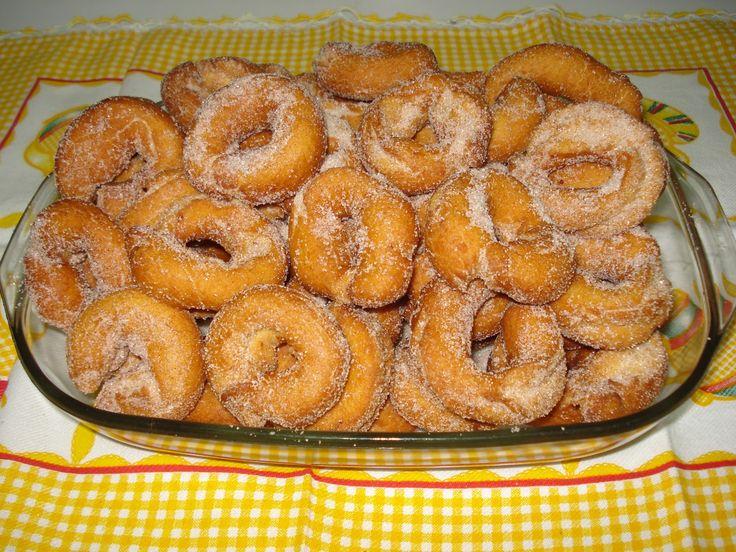Angolinhas Fritas Ingredientes: 2 Ovos, 1/2 Chávena de açúcar, 1/4 Chávena de leite, 1/4 Chávena de azeite, 1 Cálice de aguardente 50...