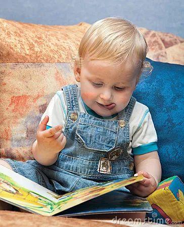 """Фото: Доброе книжное утро. """"... тычет в книгу пальчик"""".  Из сообщества """"Давайте читать хорошие книги""""http://goo.gl/WeFNx8"""
