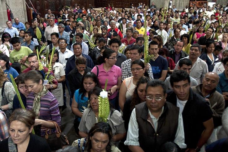 Los fieles seguidores escucharon la homilia del domingo de Ramos que ofició el Cardenal Norberto Rivera y que dedicó al Doctor Jorge Carpizo y al expresidente Miguel de la Madrid en la Catedral Metropolitana/Ernesto Ramírez.