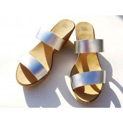Πλατφόρμες σε τακούνι 6 ή 8,5 εκατοστά, σε 13 διαφορετικά χρώματα.