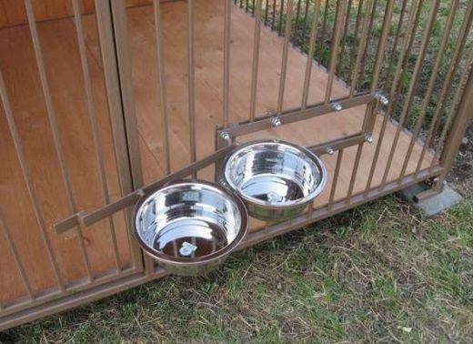 На снимке представлена кормушка для собаки, расположенная в вольере