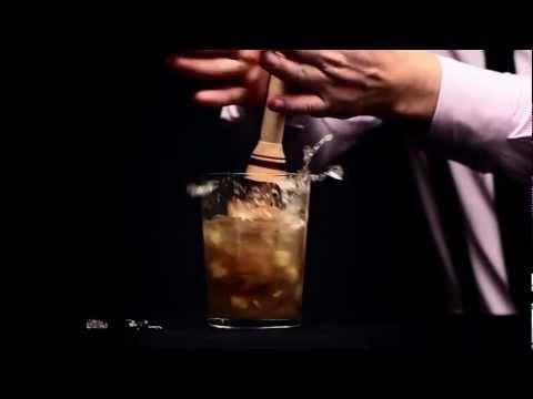 Adrián Borgaro, mixólogo de Licorería Limantour, nos enseña cómo preparar un delicioso cocktail de temporada con un toque de whisky Old Parr.