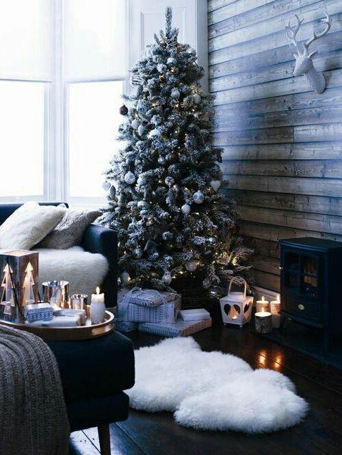 Las tendencias de decoración moderna en general proponen las alfombras de piel como uno de los mejores acentos a incluir, por lo que nada mejor para colocar en los alrededores de nuestro árbol navideño que unas bonitas alfombras de piel falsa peluda blanca, que evoque la nieve.