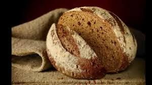 Tραγουδάω εσάς που ξεκινάτε κάθε αυγή  κουβαλώντας κάτω απ' το τρύπιο πουκάμισό σας ένα κομμάτι ψωμί  κι ολάκερη την ισότητα του κόσμου. Λειβαδίτης,