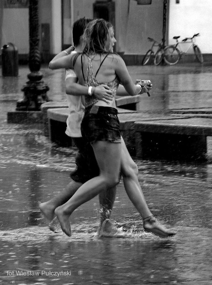 Kraków street photo...taniec w deszczu