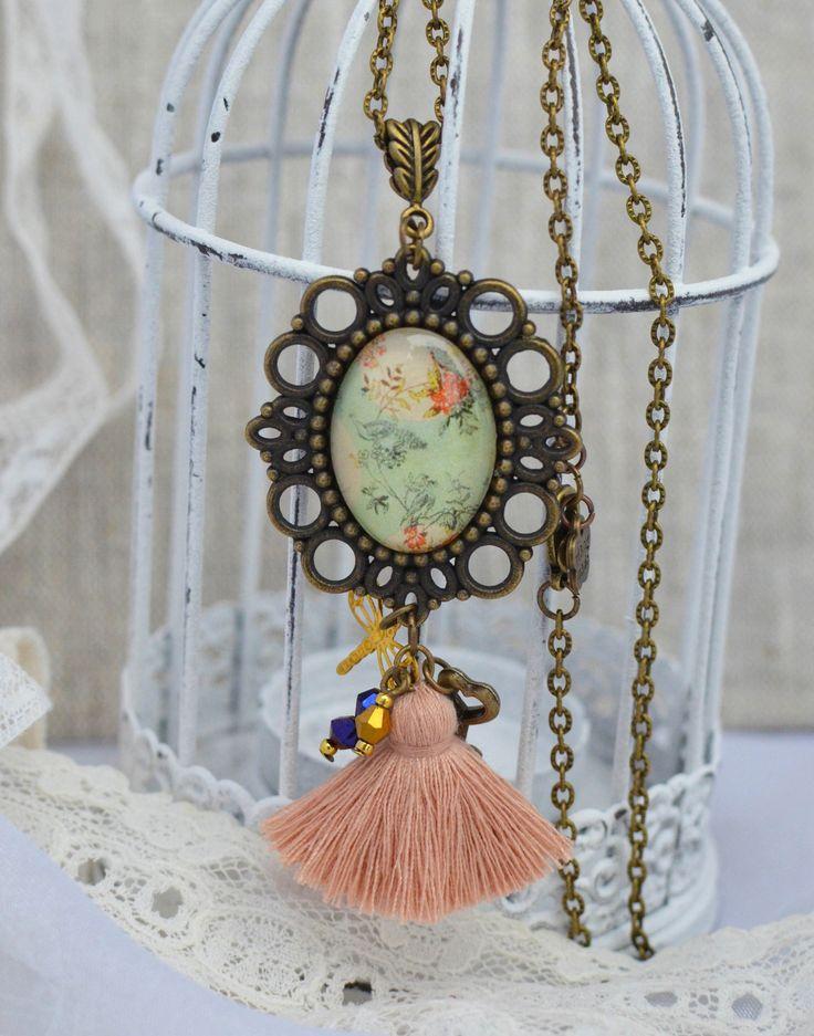 Sautoir shabby chic avec médaillon fleuri et pompon : Collier par bohemiasroad