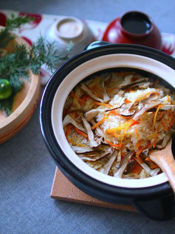 秋と言えば、松茸ごはん。香りも風味も、一年のなかで最もおいしいとされる炊き込みごはんだ。そんな炊き込みごはんをはじめ、白米をおいしく炊き上げてくれる、土鍋代表の「かまどさん」。本当においしいごはんを炊くために試行錯誤されて開発されたこの土鍋は、製品ひとつを作りあげるのに半月以上もかかるとか。職人がひとつひとつ手作りしているので、世界でたったひとつの顔をしたかまどさんがそれぞれの家にある、ということになる。原材料となる伊賀産出の多孔質な粗土は、適度な呼吸をすることから、ごはんがべとつかない。火にかけた時の沸点までの早さ、それに、沸点近くの温度を20分以上均一に保つ性質は「おいしさの秘密」と言わている。これで炊いたごはんの粘りと甘みは、他に比べると全然違うと評価され、かまどさん人気は上昇するいっぽう。新米間近。秋からの炊飯は、かまどさんに託してみたいものだ。問い合わせ先/長谷製陶https://www.igamono.co.jp