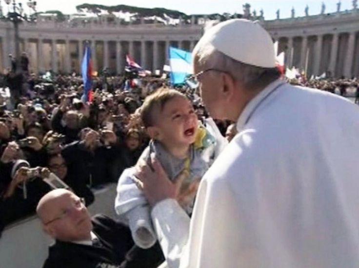 L'abbraccio, le carezze, infine il bacio al piccolo bambino che piange a dirotto. La fotosequenza del gesto di Papa Franscesco nel giorno della messa di inaugurazione del Pontificato in Piazza San Pietro