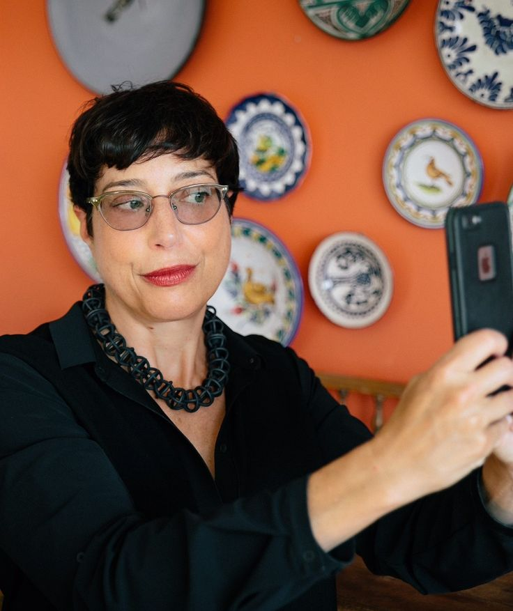 Social media consultant Robin Cembalest has brought her editing chops to the world of Twitter and Instagram. And she's a hit.
