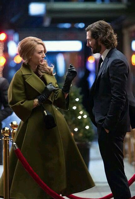 hair + khaki coat + black gloves /Blake Lively
