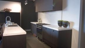 Zwarte keuken, wit blad met hoge achterwand