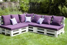 Un salon de jardin en palette, blanc et violet  http://www.homelisty.com/meuble-en-palette/                                                                                                                                                                                 Plus