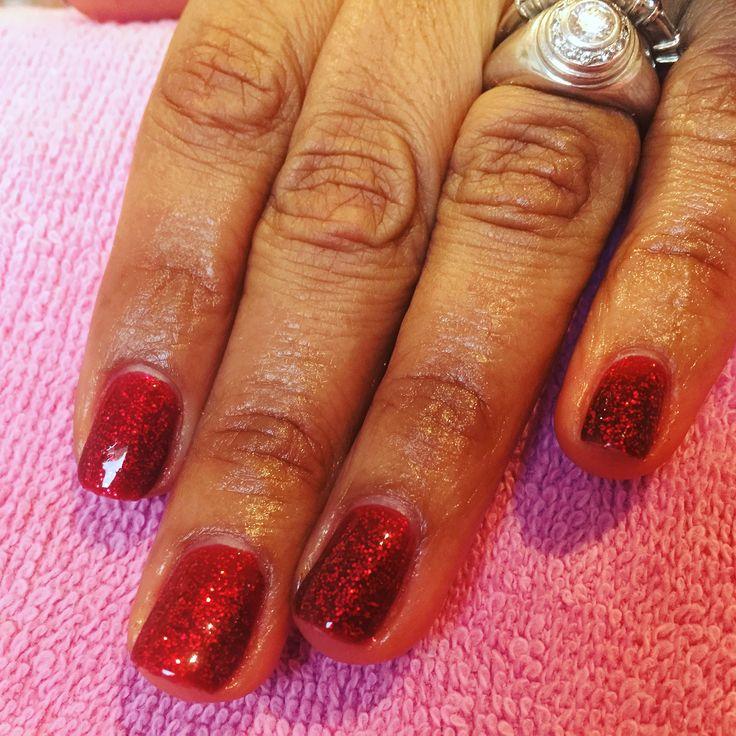 Un joli vernis semi permanent rouge paillette pour célébrer Noël comme il se doit.