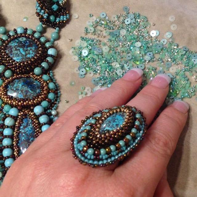 Комплект готов✌🏼️обожаю миксы от Greenbird, именно в них можно найти малипусенькие хрустальные мятные бусинки 😍 пришлось всю тубу переворошить, заодно полюбовалась мятными пайетками #вышивкабисером #украшения #кулон #beadwork #beadembroidery #pendant #necklace #jewelry #азурит #азуриты #ульяновск #azurite #ring #кольцо #перстень #gemstone #мята #мятный #бирюза #говлит #хрустальныебусины #тиффани #tiffany #turquoise #howlite #mint #n_belokon_jewelry