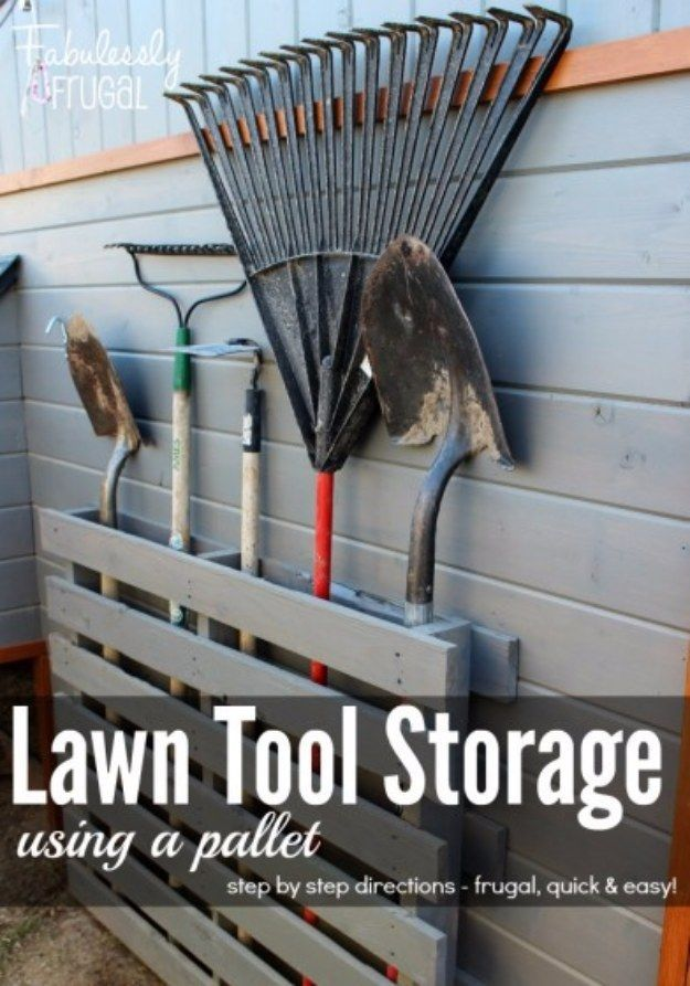 Verschönern Sie Ihre Garage braucht -Lawn Werkzeugaufbewahrung eine Palette verwenden - Do It Yourself Garage Makeover Ideen, die Lagerung, Organisation, Regale, und Projektpläne für Cool New Garage Dekor http://diyjoy.com/diy-projects-garage