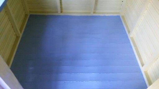 Lattia maalattiin samalla kuin kattokin. Roskiksen vierestä löytyneeltä jätemaalilla!