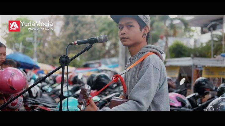 JANGAN LUPA SUBSCRIBE YA TEMANS! Terimakasih sudah menyaksikan video Untuk Perempuan Yang Sedang Dalam Pelukan - Payung Teduh yang di cover oleh Pengamen / Musisi Jalanan di Idjen Malang. Dukung terus Street Musician Indonesia dengan like komentar yang membangun dan juga share video ini ke teman-teman di sosial media. Serta jangan lupa subscribe/berlangganan untuk video musik keren lainnya.  ----------------------------------------------------------------------------- DAFTAR PUTAR VIDEO…