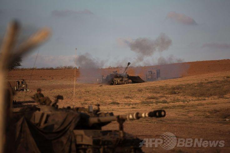 イスラエルとパレスチナ自治区との境界近くで、ガザ地区(Gaza)に向けた砲撃を実施するイスラエル軍の戦車(2014年7月13日撮影)。(c)AFP/MENAHEM KAHANA ▼14Jul2014AFP|ガザ北部の住民が大量避難、イスラエル軍の大規模作戦恐れ http://www.afpbb.com/articles/-/3020436
