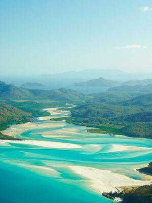 Au coeur des Whitsundays, paradis des lunes de miel, Whitehaven Beach: sept kilomètres de plage irisées par les arabesques turquoise de la mer de Corail.