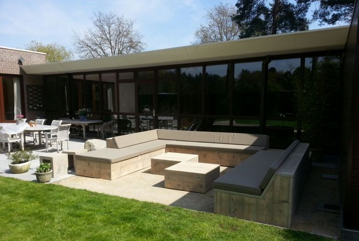 Modern terras van steigerhouten meubels