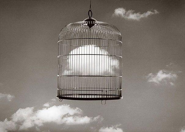Fotografia criativa e apenas em preto e branco para formar uma ilusão de ótica de Chema Madoz - blog de design bonstutoriais (2)