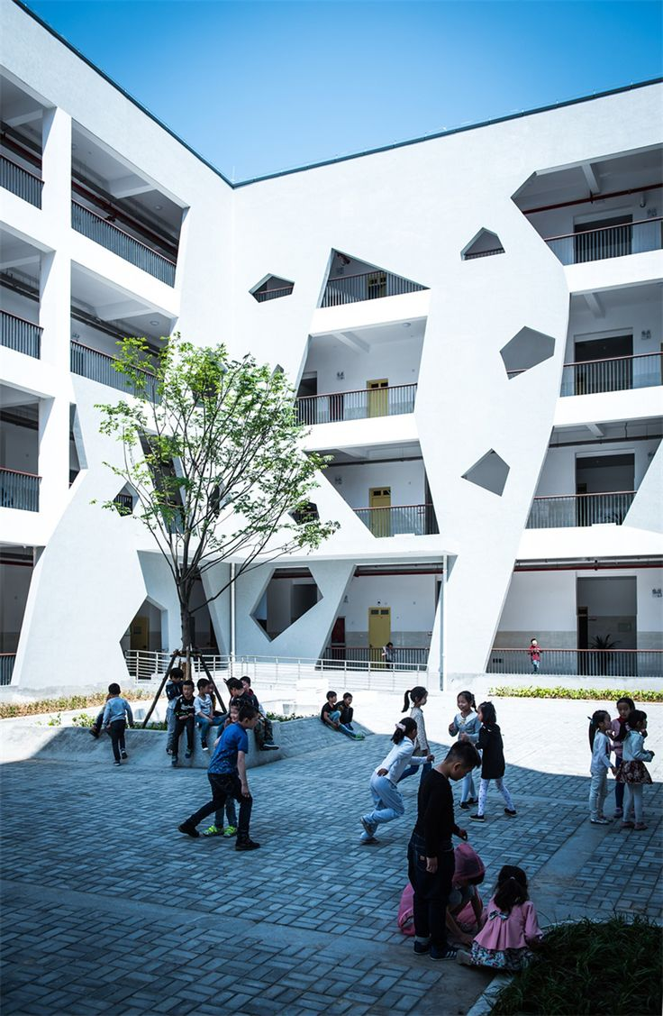 STI Studio has designed a resettlement school in the Lingfeng area of Anji County, Zhejiang Province, China.