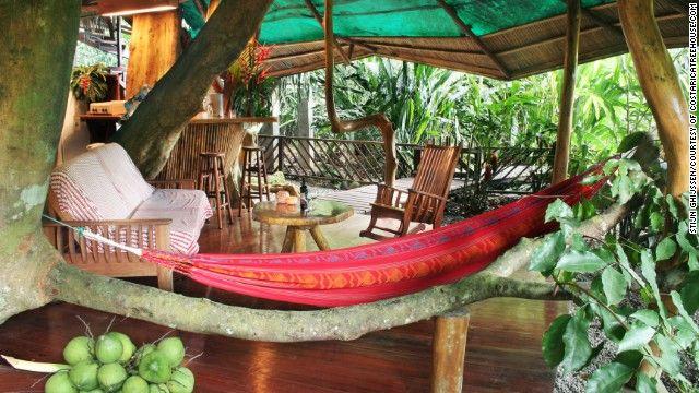 この持続的に構築された木の家はコスタリカの南カリブ海沿岸にGandoca-マンサ野生動物保護区の中に位置しています。
