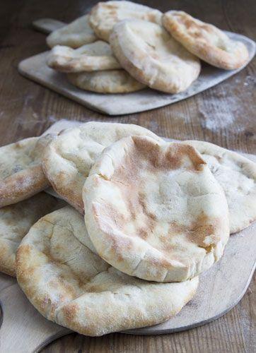 Fladbrød er verdens ældste brød, det har eksisteret i mere end 6000 år. Brødet passer godt til retter med kød, fed fisk og grønsager eller sammen med salater. Og så er det en af de ting, Kille Enna elsker at lave i køkkenet.