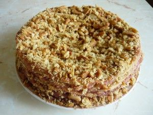 Постный торт-медовик. Очень вкусный торт, точнее, кекс с характерным медово-карамельным вкусом. Нам понадобится:  сахар – 0,5 ст. масло растительное – 0,5 ст. мед – 3 ст. л. вода – 1 ст. разрыхлитель теста – 2 ч. л. мука – 2 ст. изюм – 0, 5 ст. орехи грецкие – 0,5 ст. сахар ванильный – пакетик